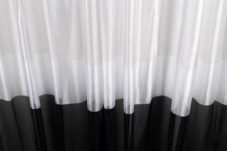 zavesa sa poprecnim prugama crno bela