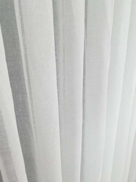 Bela lanena zavesa