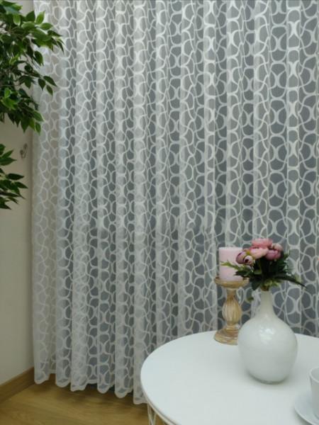 bela zavesa na tilu