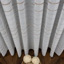 bela zavesa sa poprečnim prugama