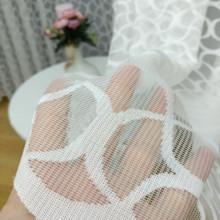 bela zavesa od tila