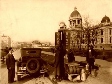Benzinska pumpa kod skupstine, uramljena slika