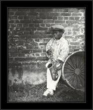 Mali saksofonista, uramljena slika
