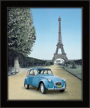 Ajfelov toranj i plavi automobil, uramljena slika