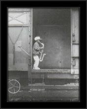 Mali saksofonista u vozu, uramljena slika