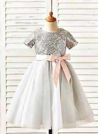 Svecana haljina sa srebrnim sljokicama i trakom na pojasu