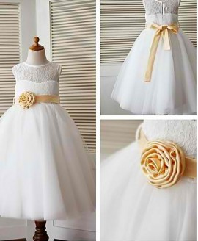 Haljina od prelepe cipke sa zlatnom ruzom na pojasu