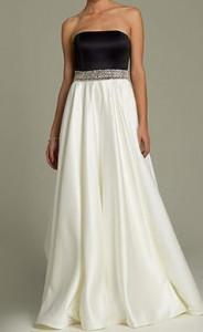 Dugacka crno bela saten haljina sa cirkonima na struku