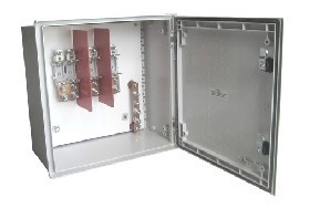 CX. POLIIÉSTER PORTINHOLA P100/2 EQUIPADA COM BASES T00