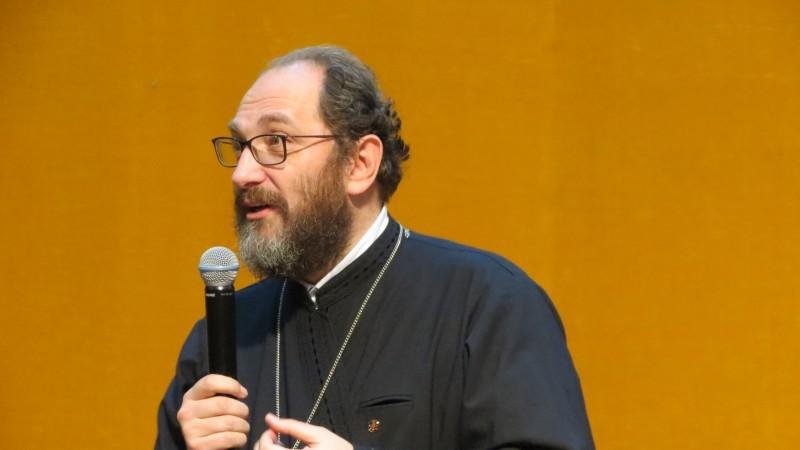 Nu aţi remarcat că în toate icoanele ortodoxe Hristos este cu faţa la noi, nu cu spatele?