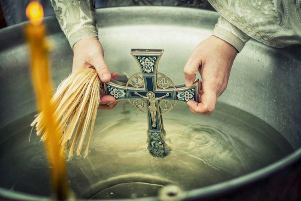 Despre aghiasmă și apa sfințită. Cum să ne folosim de acestea?