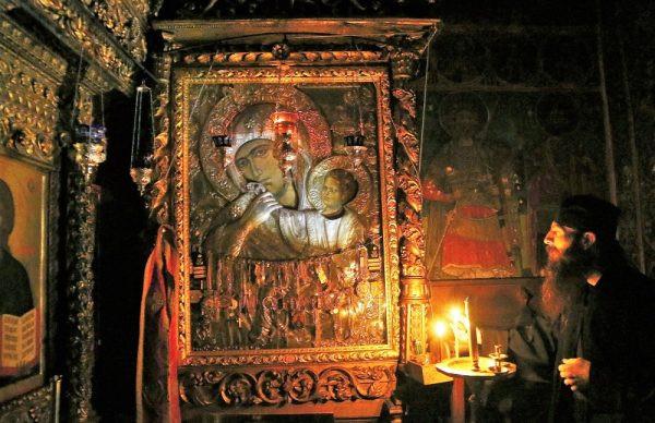 Prin rugăciune la Maica Domnului, toate necazurile își găsesc rezolvarea