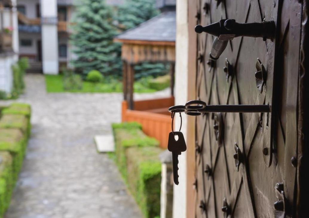 Dumnezeu nu este spărgător de uşi, ci numai bate la uşa inimii fiecăruia...