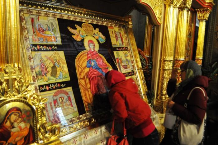 Persoanele cu buzele rujate să nu se atingă de icoane, de cruce şi de niciun obiect sfinţit
