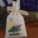 sacchetto cotone ricamato con circa 40 gr di lavanda mazzo di lavanda e flacone