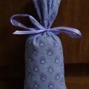 sacchetto in tessuto provenzale lilla scuro 13x6cm con circa 15 gr di lavanda