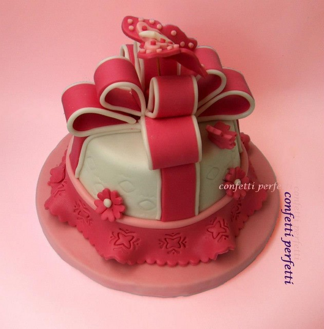 Torta decorata in pasta di zucchero fiocco rosa for Pasta di zucchero decorazioni