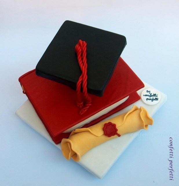 Torta decorata in pasta di zucchero laurea for Decorazioni per torte di laurea