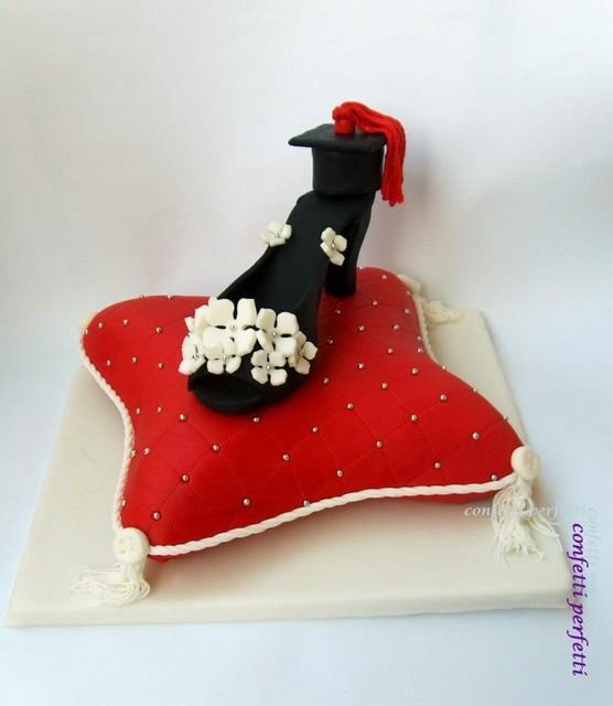 Torta decorata in pasta di zucchero scarpetta e laurea for Decorazioni per torte di laurea