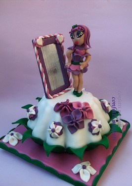 Torta decorata in pasta di zucchero Bambina allo specchio