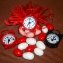 Confezione di 12 Bomboniere con orologi sveglia in metallo colorati.