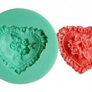 Cuore decorato in un mazzo di Rose. Stampo in silicone