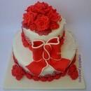 """Torta decorata in pasta di zucchero """"Fiocco e rose rosse"""""""