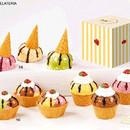 Cialde coni gelato e coppette in porcellana con colori assortiti
