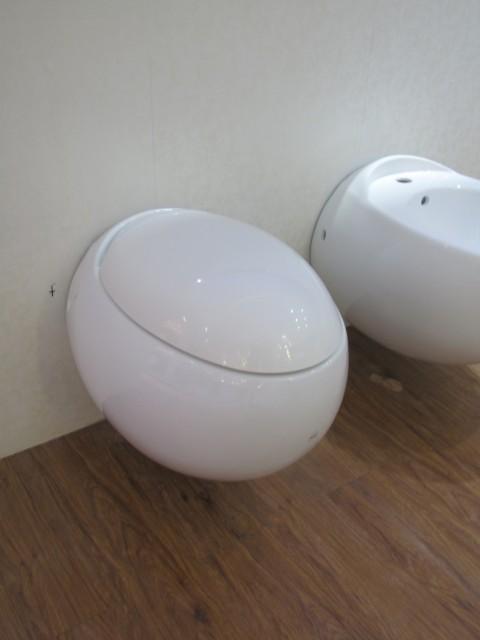 Sanitari sospesi filo muro egg hang copri vaso frizionato for Sanitari filo muro bricoman