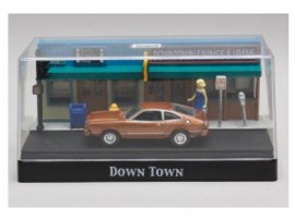 MOTOR MAX 1:64 - DOWN TOWN DIORAMA WITH A 1977 FORD MUSTANG II, BROWN