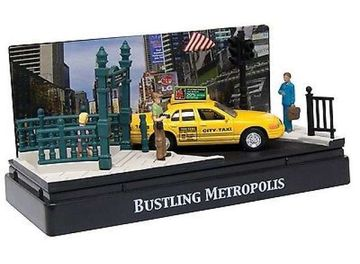 MOTORMAX 1:64 - BUSTLING METROPOLIS DIORAMA WITH A FORD CROWN TAXI, YELLOW
