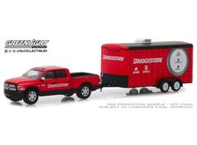 GREENLIGHT 1:64 - RAM 2500 2017 BIG HORN AND BRIDGESTONE SERVICE CENTER ENCLOSED CAR HAULER *HITCH & TOW SERIES