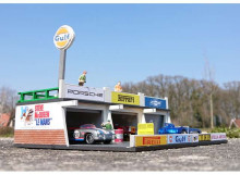 SJO-CAL 1:64 - PITLANE GULF DIORAMA. GOOD FOR 3 TO 5 1/64 (3INCH) MODELS, WOODEN MODELKIT