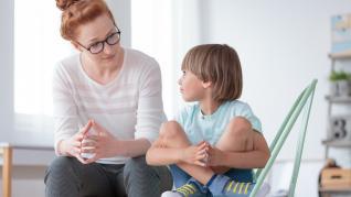 """Cum îi spun """"nu"""" celui mic? Cum îl ajut să nu se mai teamă de întuneric? Cum pot să îi fiu de ajutor?"""