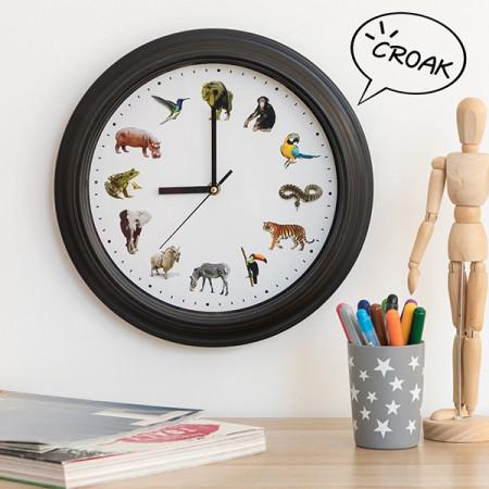 ceas de perete cu sunete de animale deasupra biroului