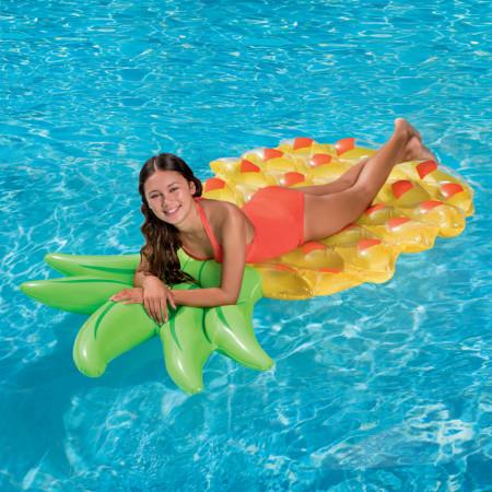 Femeie pe saltea gonflabila ananas in piscina