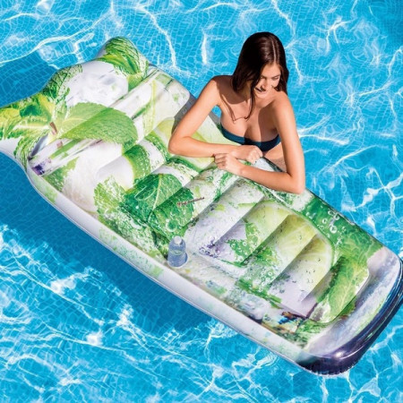 Femeie in piscina cu saltea gonflabila Mojito