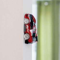 Masina rosie antigravitationala cu telecomanda care merge pe perete