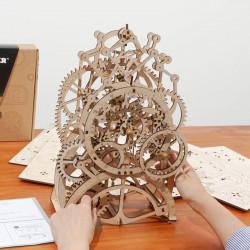 puzzle 3d din lemn ceas cu pendul pe masa