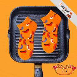 sosete colorate portocalii cu hotdog in tigaie