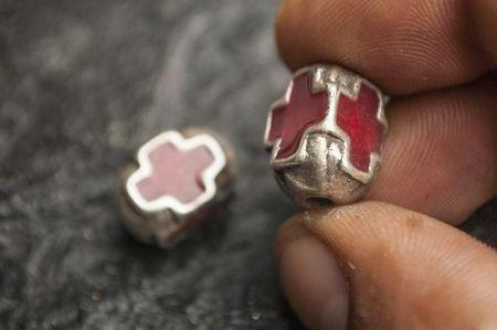 Мъниста с кръст в червено