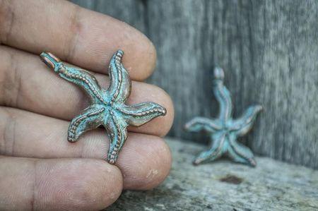 Морска звезда за колие с медна патина