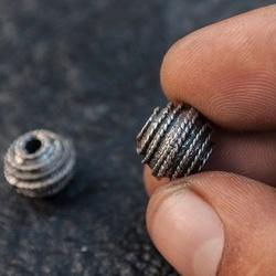 Мъниста от гръцки метал с фина орнаментика