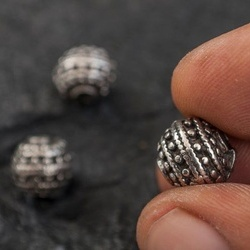 Мъниста-топки в сребърен цвят с фина орнаментика