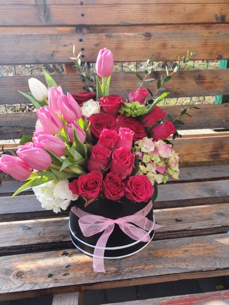 aranjament-floral-cutie-trandafiri