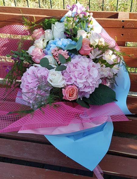 buchet-hortensii-trandafiri