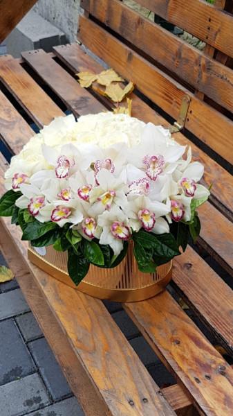 Orhidee si trandafiri albi in cutie