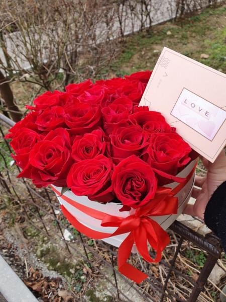cutie inimă cu trandafiri