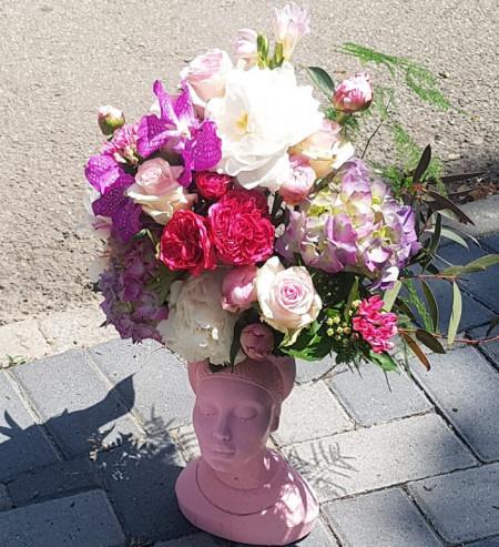 aranjament-floral-in-vas-statuie-Marika