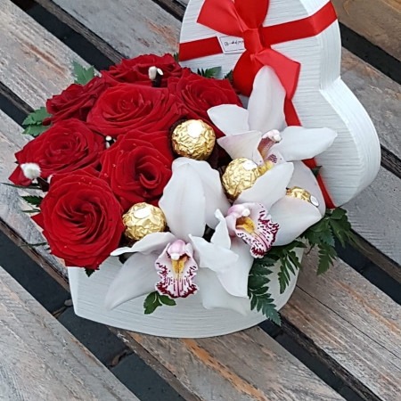 cutie-inima-cu-trandafiri-orhidee